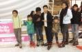 Disfrutan pista de hielo en Saltillo niños refugiados