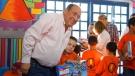 Convive Rubén Moreira con niños de Encendamos una Luz