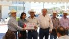 Entrega Gobernador Rubén Moreira recursos a productores agrícolas en Nava