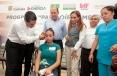 """El Gobernador Rubén Moreira y la titular de la APBP, María del Socorro García, entregaron 470 aparatos auditivos del Programa """"Para Oírte Mejor"""